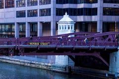 在通勤者高峰时间,桥梁街市芝加哥河视图  库存图片