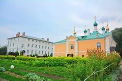 在通告的residental房子和教会的附近菜园在Nikolsky Pereslavsky女修道院在Pereslavl-Zalessky,俄罗斯 免版税库存图片