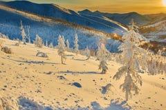 在通行证的衰落 冬天 夜间 kolyma 免版税库存图片