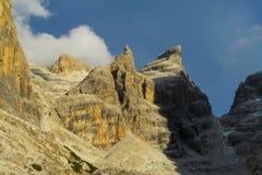 在通行证, Dolomiti di Brenta上的白云岩山 免版税图库摄影