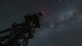 在通讯台的银河星系在繁星之夜天空时间间隔徒升 股票录像
