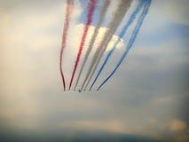 在通过的空军中队与美妙的颜色足迹 免版税库存照片