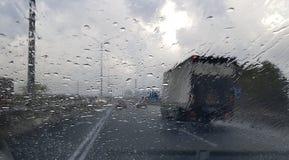 在通过车窗被观看的高速公路交通的多雨天气 库存照片