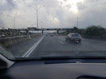 在通过车窗被观看的高速公路交通的多雨天气 图库摄影