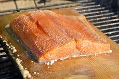 在通配板条的三文鱼的烤肉雪松 免版税库存图片