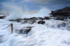 在通风孔点岩石水池的狂放的波浪 库存图片