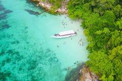 在速度小船的鸟瞰图有美丽的海和海滩的,上面竞争 免版税库存图片