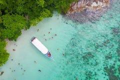 在速度小船的鸟瞰图有美丽的海和海滩的,上面竞争 库存图片