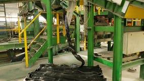 在造型前的橡皮筋儿在轮胎工厂 股票录像