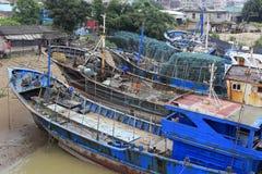 在造船厂修理的渔船 免版税库存图片