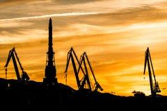 在造船厂的现出轮廓的起重机, 免版税库存图片