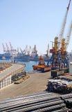 在造船厂的货箱船和起重机。 免版税库存图片