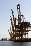 在造船厂的重的起重机 图库摄影