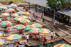 在遇龙河的银行会集的木筏在桂林,中国 免版税图库摄影