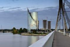 在道加瓦河河,里加,拉脱维亚左岸的现代大厦  免版税图库摄影