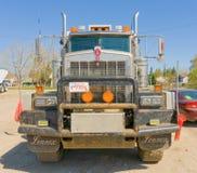 在道森克里克,加拿大的货物卡车 库存图片