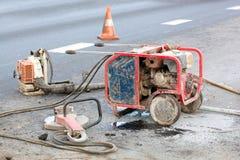 在道路工程期间的设备 库存图片