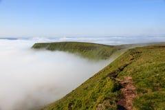 在道路旁边的一个有薄雾的早晨在布雷肯比肯斯山国家公园 免版税库存照片