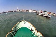 在道路的渡轮通往威尼斯 免版税图库摄影