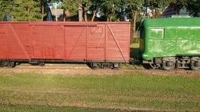 在遗弃火车站的老历史narrow-gauge火车,空中 影视素材