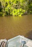在遥远的内地河渔场面的小船弓 库存图片