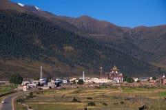 在遥远的山的寺庙 库存图片