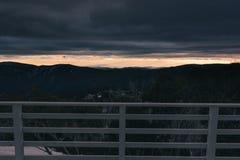 在遥远的山的早晨日出从滑雪小屋balcon 免版税库存图片