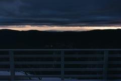 在遥远的山的早晨日出从滑雪小屋balcon 免版税库存照片