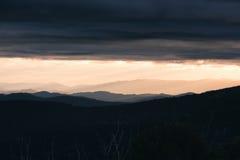 在遥远的山的早晨日出 免版税图库摄影