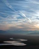 在遭受干旱的湖伊莎贝拉的日出反射加利福尼亚南部的内华达山山的  库存图片