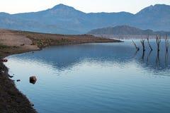 在遭受干旱的湖伊莎贝拉的日出反射加利福尼亚南部的内华达山山的  免版税库存照片