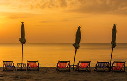 在遮阳伞下的日出在海滩 库存图片