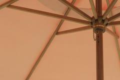 在遮阳伞之下 免版税库存照片