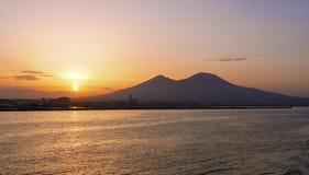 在那不勒斯海湾的日出  库存图片