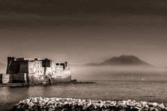在那不勒斯海湾的蛋城堡  免版税库存图片