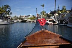 在那不勒斯长滩运河的长平底船小船  免版税库存图片