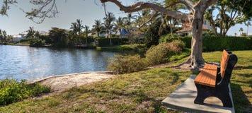 在那不勒斯,佛罗里达筑成池塘和从一条长凳的一个公园 免版税库存图片