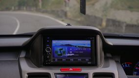 在那里模块挡风玻璃里面的汽车gps GPS模块打开 免版税图库摄影