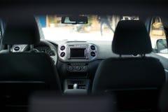 在那里模块挡风玻璃里面的汽车gps 现代汽车内部装饰业 免版税库存图片