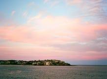 在邦迪滩的桃红色云彩 免版税库存照片
