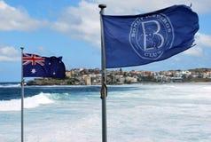 在邦迪滩的澳大利亚旗子在悉尼 库存图片