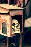 在邮箱的小人的头骨 免版税图库摄影