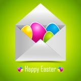 在邮件信封的五颜六色的复活节彩蛋。 库存照片