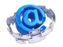 在邮件页符号白色里面的箭头蓝色概念e信包附近 在标志和信封 库存照片