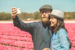 在郁金香领域的Selfie 免版税图库摄影