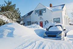 在郊区居民的雪风暴 免版税库存图片