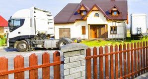 在郊区房子前面的卡车 免版税库存图片