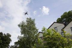 在郊区的平面飞行 库存图片