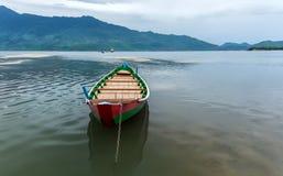 在郎Co盐水湖的小船船锚 免版税库存图片