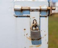 在部分生锈的金属门闩的挂锁 免版税库存照片